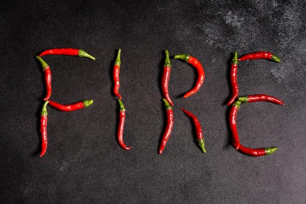 Pimiento rojo brillante sobre un hormigón gris. comida picante, ingredientes