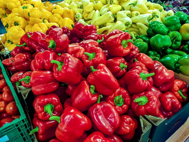 Pimiento rojo en el estante del supermercado