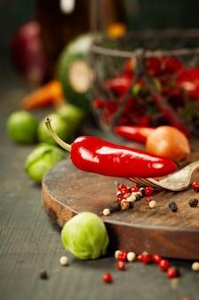 Pimiento rojo picante e ingredientes para cocinar