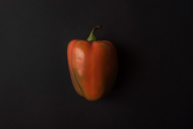 Pimiento rojo sobre negro