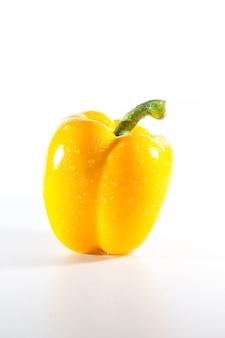 Pimientos amarillos sobre blanco