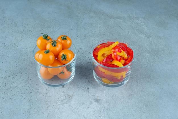 Pimientos multicolores picados en una taza de vidrio.
