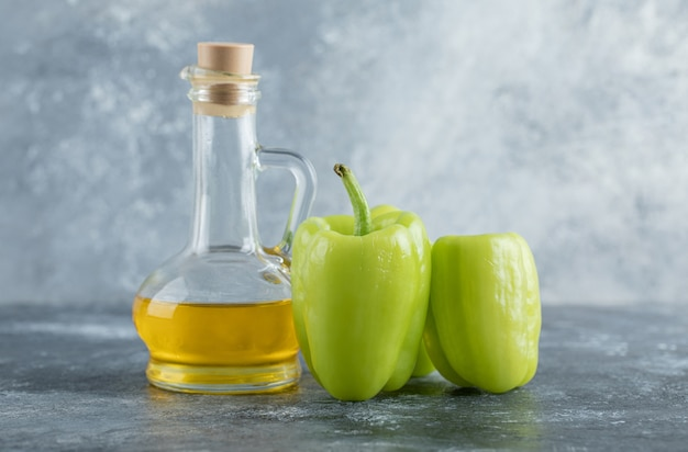Pimientos orgánicos verdes crudos listos para cocinar. foto de alta calidad