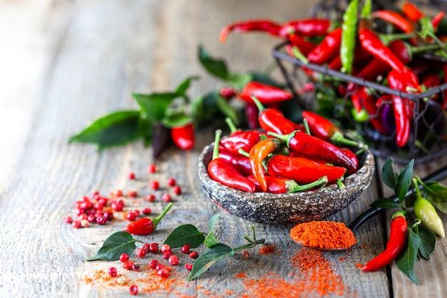 Pimientos rojos como ingrediente en una merienda vegetariana harissa. adjika casera tradicional de cocina tunecina y árabe.