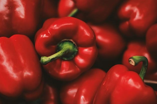 Pimientos rojos en el mercado de agricultores, concepto de agricultura y alimentos orgánicos