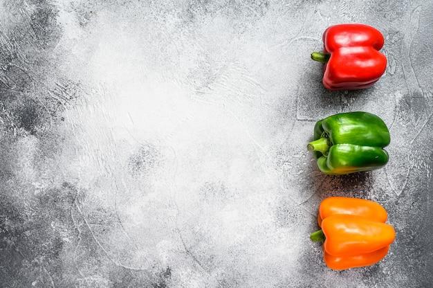Pimientos verdes, naranjas y rojos.