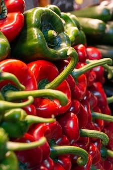 Pimientos verdes y rojos en el mercado