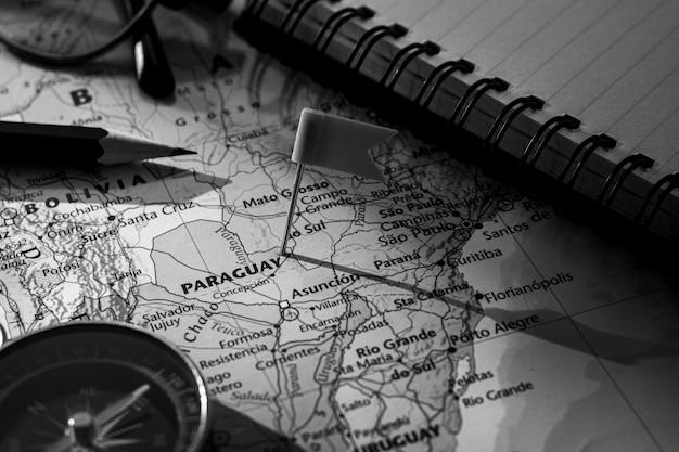 Pin bandera colocada selectiva en el mapa de paraguay. - concepto económico y empresarial.
