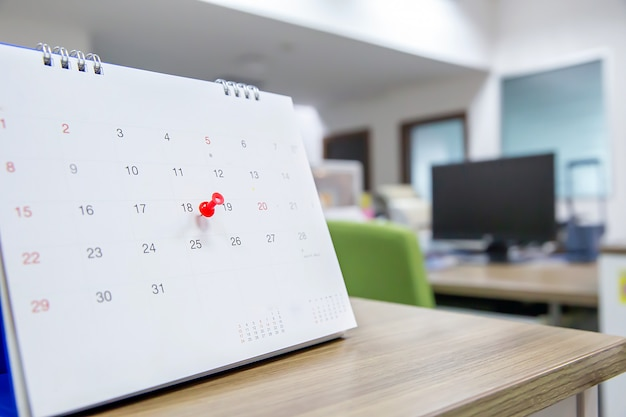 Pin de color rojo en el concepto de calendario del planificador de eventos.