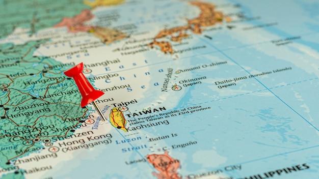 Pin rojo colocado selectivo en el mapa de taiwán