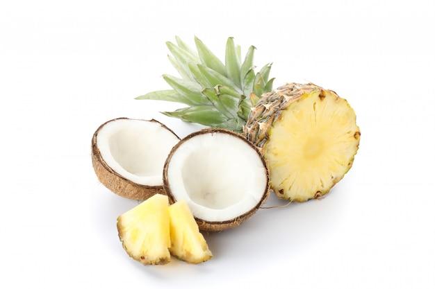 Piña y coco aislado en blanco