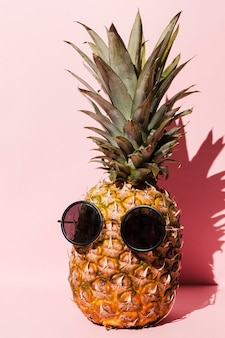 Piña fresca con gafas de sol