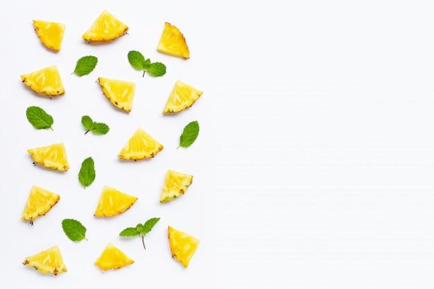 Piña fresca con hojas de menta en blanco