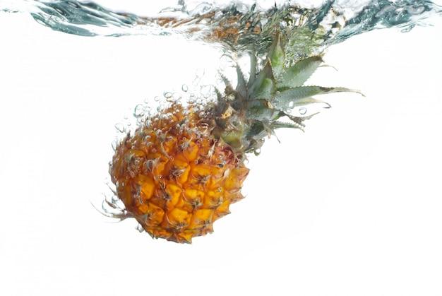 Piña fresca saltando al agua