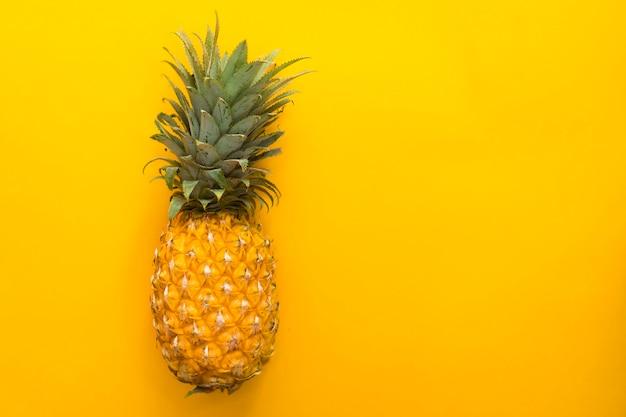 Piña, fruta madura fresca tropical amarilla exótica aislada con espacio de copia, lugar para el texto. una piña entera