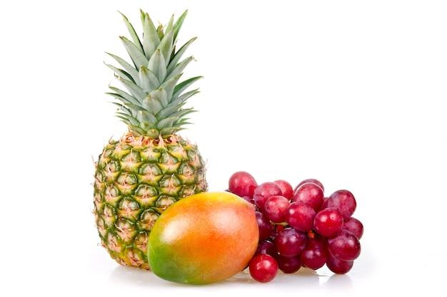 Piña, mango y uvas aisladas sobre fondo blanco