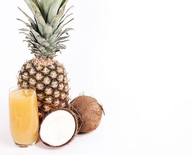Piña natural y jugo de coco sobre vidrio