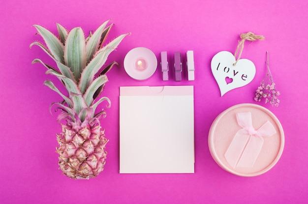 Piña rosa, notas en blanco sobre rosa