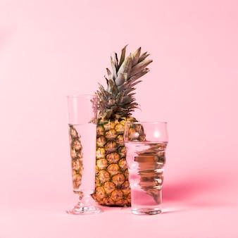 Piña y vasos de agua