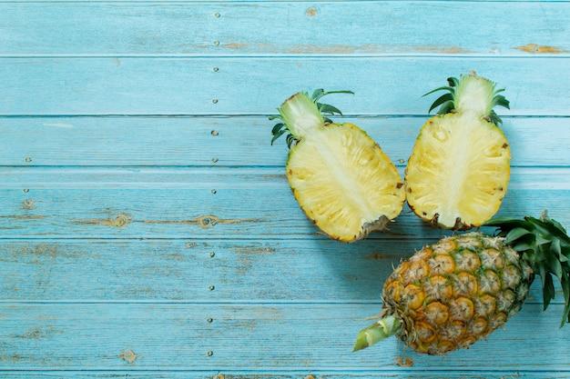 Piñas maduras verano frutas tropicales en mesa turquesa pastel