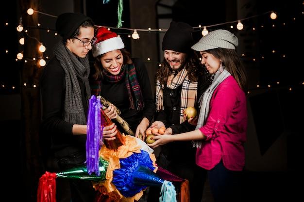 Piñata mexicana, gente mexicana celebrando posadas en navidad méxico