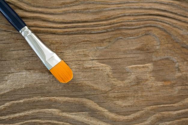 Pincel brillante aislado sobre superficie de madera