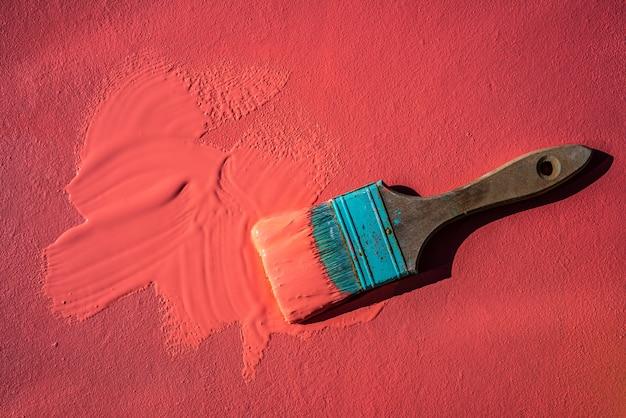 Pincel grunge color coral con pintura.