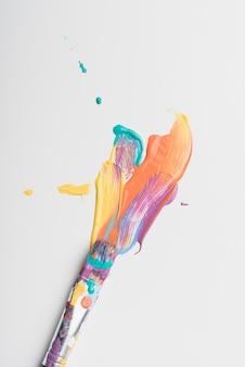 Pincel manchado de pintura