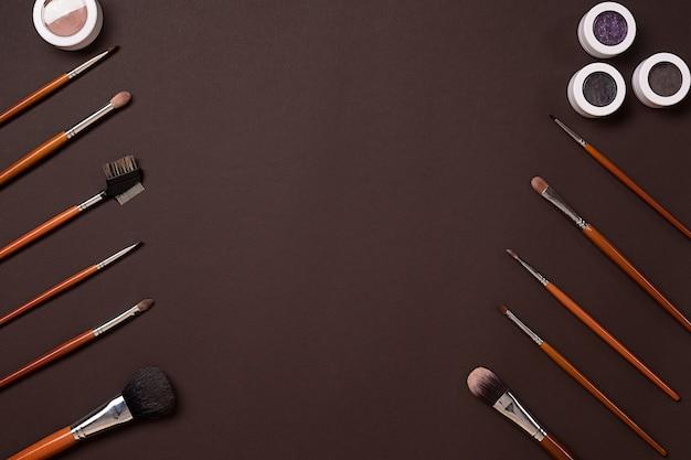 Pincel para maquillaje sombra de ojos vista desde arriba sobre un fondo marrón