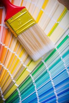 Pincel en paleta de colores