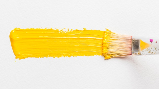 Pincel de pintura con color amarillo