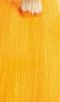 Pincel con pintura líquida