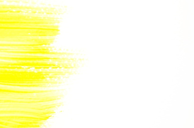 Pincelada amarilla sobre lienzo blanco