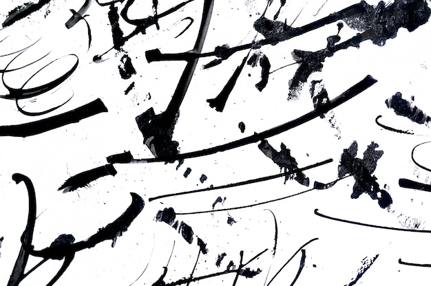 Pinceladas abstractas y salpicaduras de pintura sobre papel.