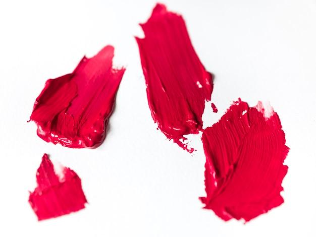 Pinceladas rosas sobre lienzo.