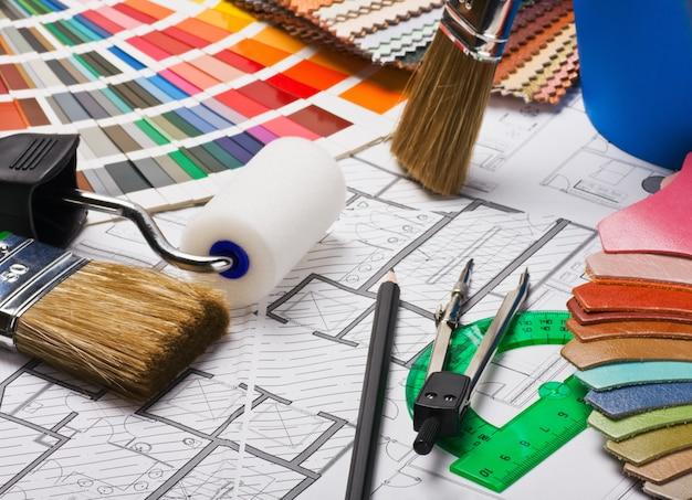 Pinceles y accesorios para reparación de planos arquitectónicos.