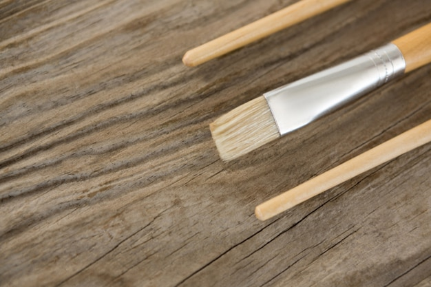 Pinceles aislados sobre superficie de madera