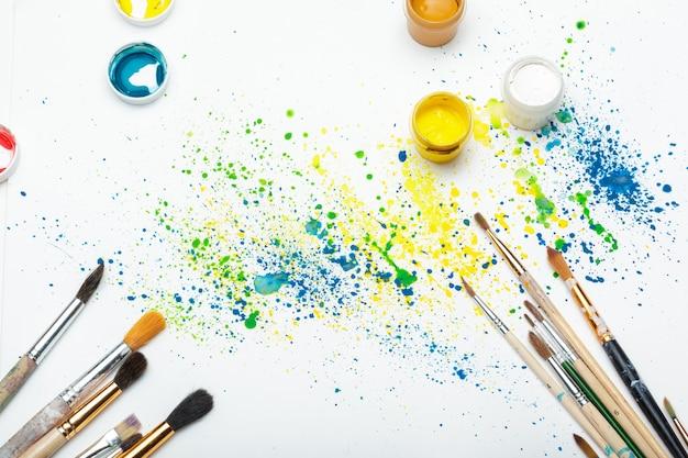 Pinceles y arte abstracto de acuarela de cerca