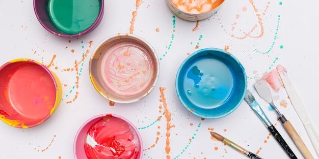 Pinceles y botes de pintura