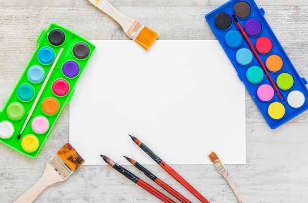 Pinceles de colores del espacio de copia de vista superior