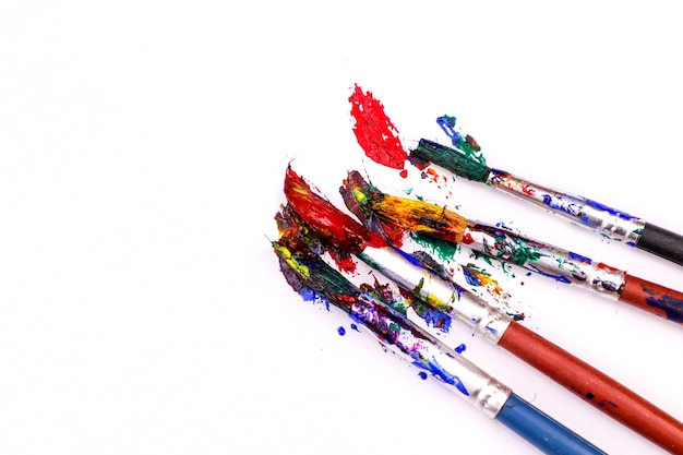 Pinceles coloridos con los colores