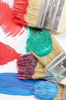 Pinceles de diferentes colores.