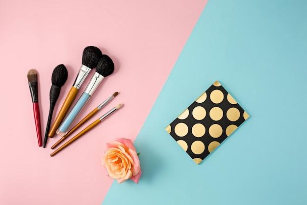 Pinceles de maquillaje en pared colorida