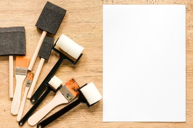 Pinceles y página de papel en blanco