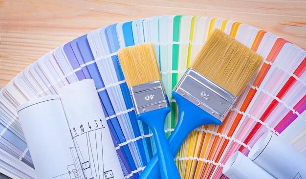 Pinceles en paleta de colores y tableros de madera