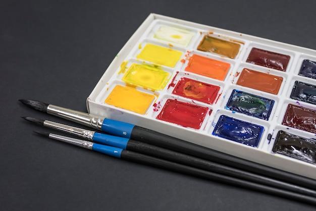 Pinceles y pinturas.