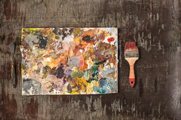 Pinceles y tubos de pinturas al óleo sobre mesa de madera