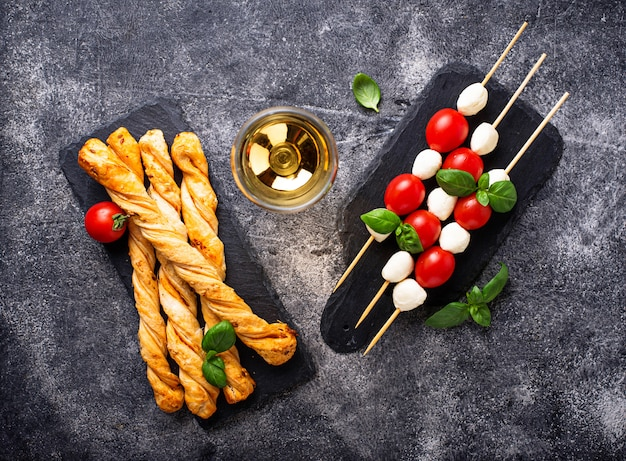 Pinchos caprese y pan grissini