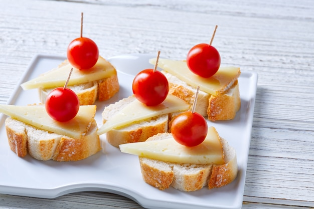 Pinchos queso manchego tomates cherry