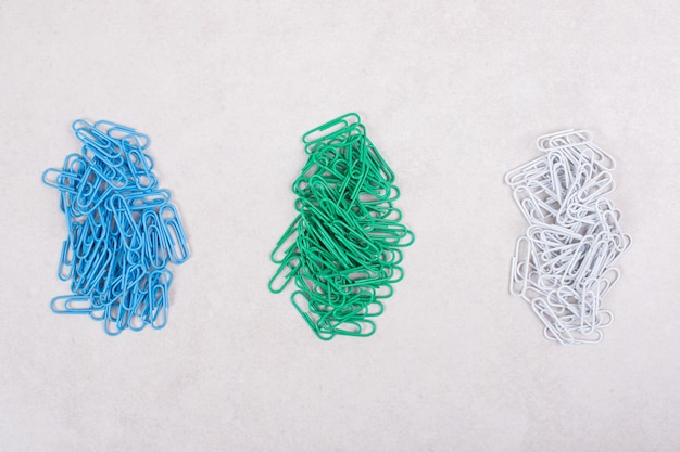 Pines de colores sobre fondo blanco. foto de alta calidad